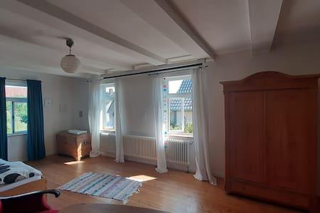 Großes helles Zimmer ruhig in Dorf am Elm