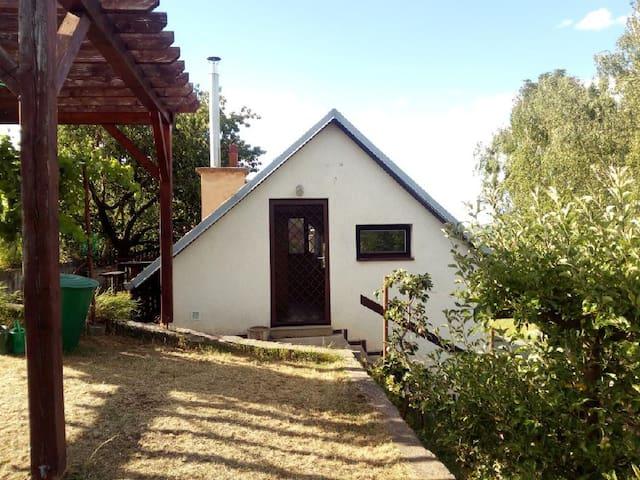 Chalupa v zahradě mezi vinohrady, Bulhary