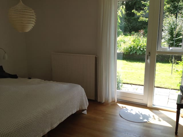 Bright room with exit to the garden - Aalborg - Maison