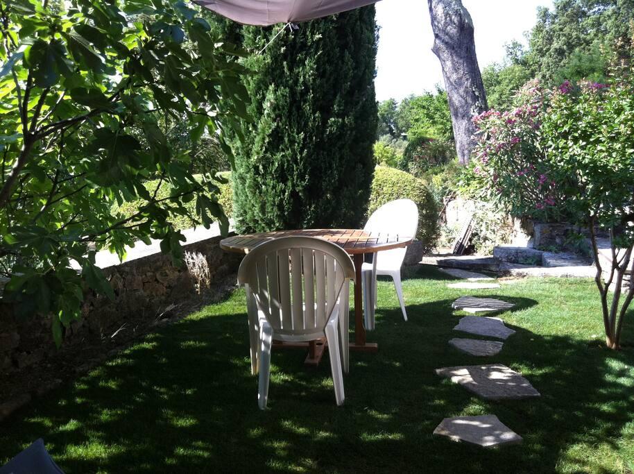 le jardin depuis le gîte