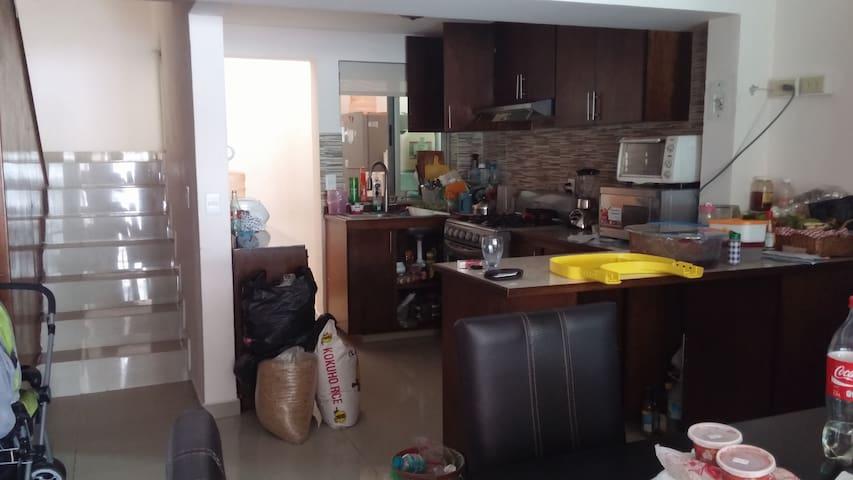 1층 주방(계단 왼쪽에 화장실이 있음)
