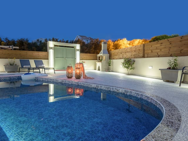 Coral villa with private pool at 100m from the sea