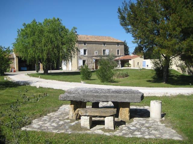 Chambres dans mas avec piscine - Althen-des-Paluds - Casa