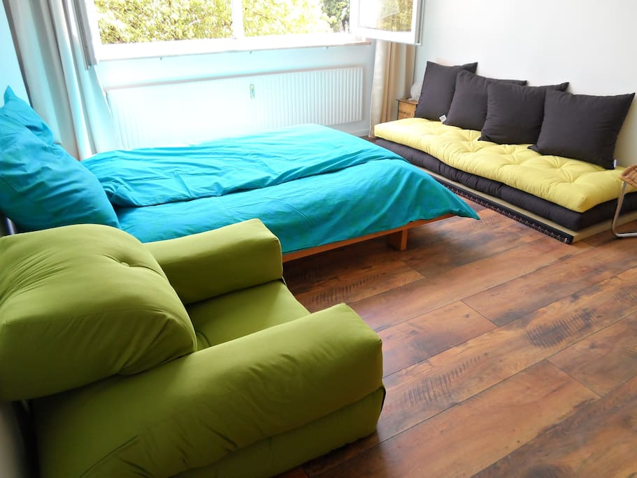 a couple plus 2 children (baby cot available), but also 3 adults per bedroom, alternatively high quality sofa bed in the living room