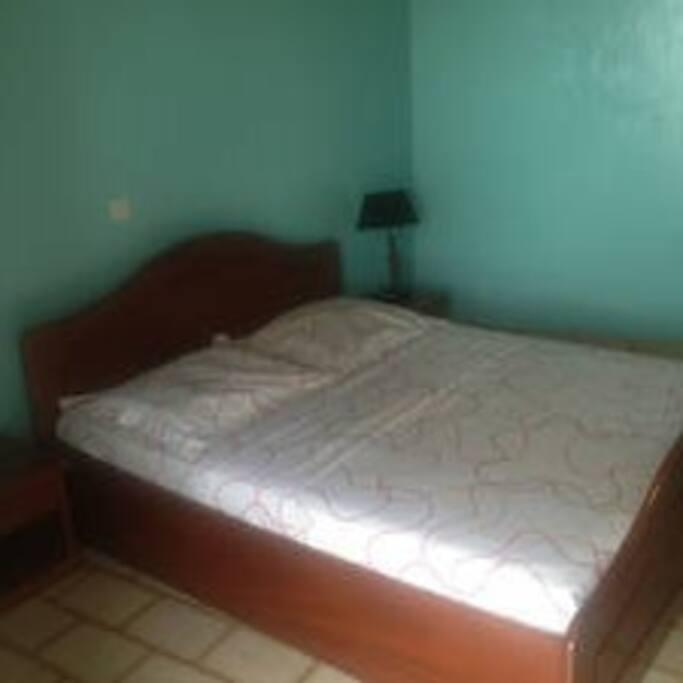 Un grand lit pour deux adultes