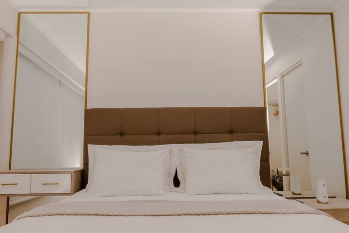 Acogedora habitación con cama queen, espejos, veladores, enchufes y Smart Tv con Netflix.