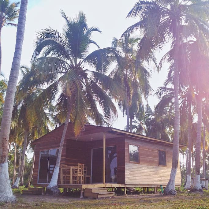 Cabaña: para 6 o 7 personas. Cuenta con: 2 habitaciones  (1era habitación con cama matrimonial, 2da habitación dos camarotes), sala con sofá-cama, estufa y aire acondicionado; y se encuentra ubicada en frente de la playa.