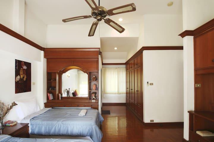 Burgandy (bedroom 01) - 3 people, desk, closet, ensuite bathroom with bathtub.