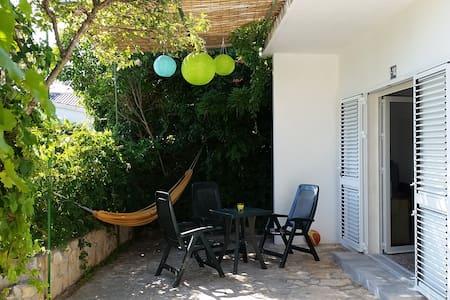 House with grounds 4+2 people 2 min. walk to beach - Šibenik - Casa
