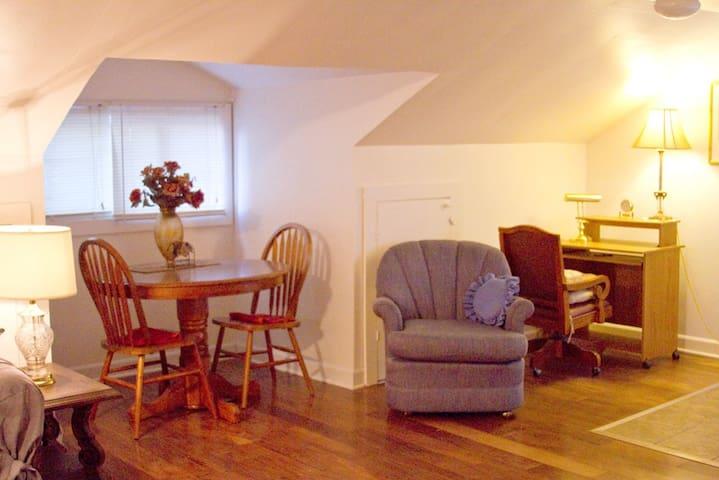 Cozy Studio Apartment -Private Entrance-near DMU - Des Moines - Rumah