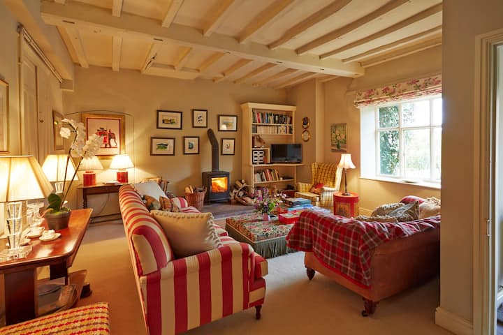 Charming Cottage Stunning interiors and antiques