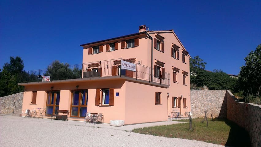 Cozy 3BD with Parking Included - Brseč - Huoneisto