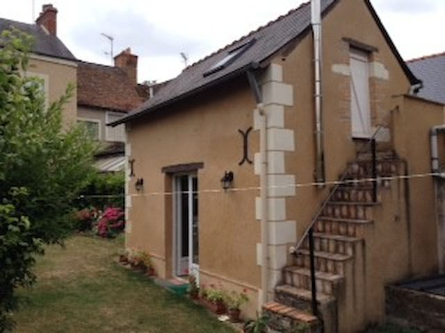 Maisonnette dans jardin calme - Durtal - บ้าน