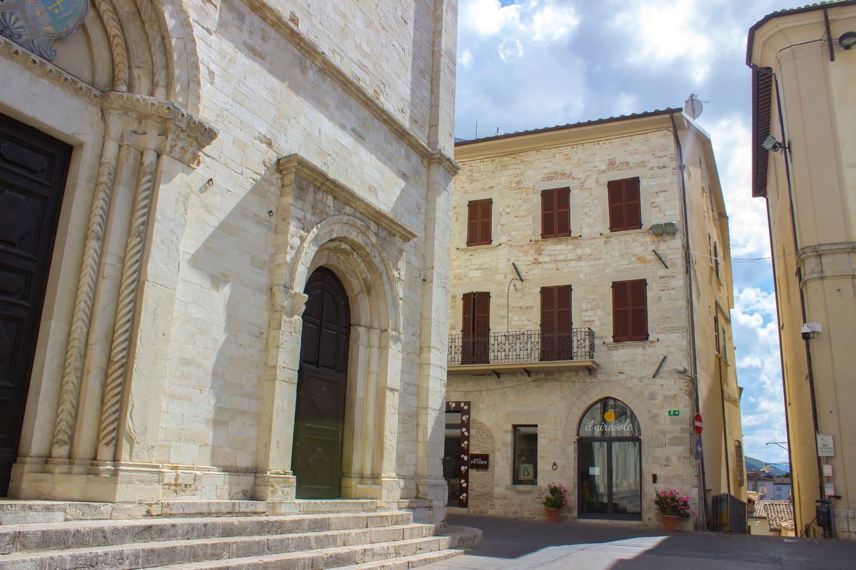 Esterno Residenza Cardinal del Monte. A sinistra Cattedrale di San Benedetto