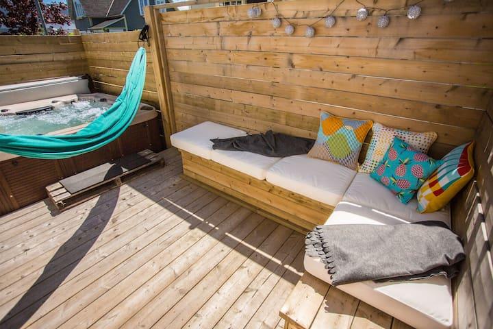 Espace extérieur avec espace coussins, hamac et accès au spa