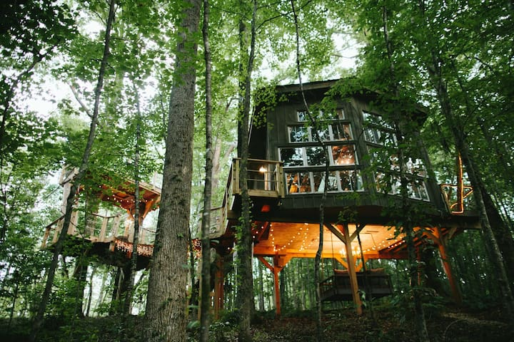 THE MAJESTIC TREEHOUSE romantic, luxury retreat