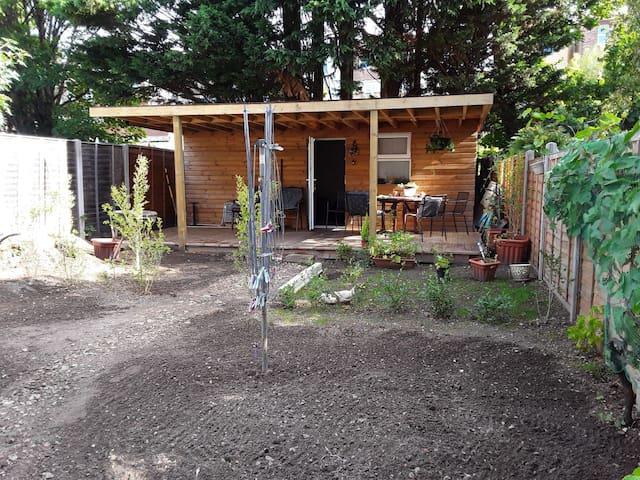 Privet Annexe/ studio/ garden room  with decking