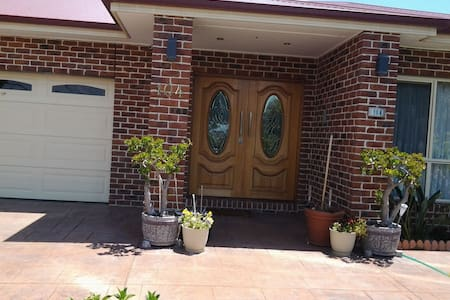 2nd bedroom in large modern home. - Dandenong - Haus
