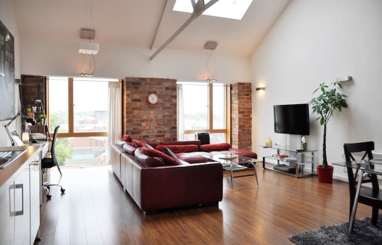 Penthouse Loft Apartment - Free Parking