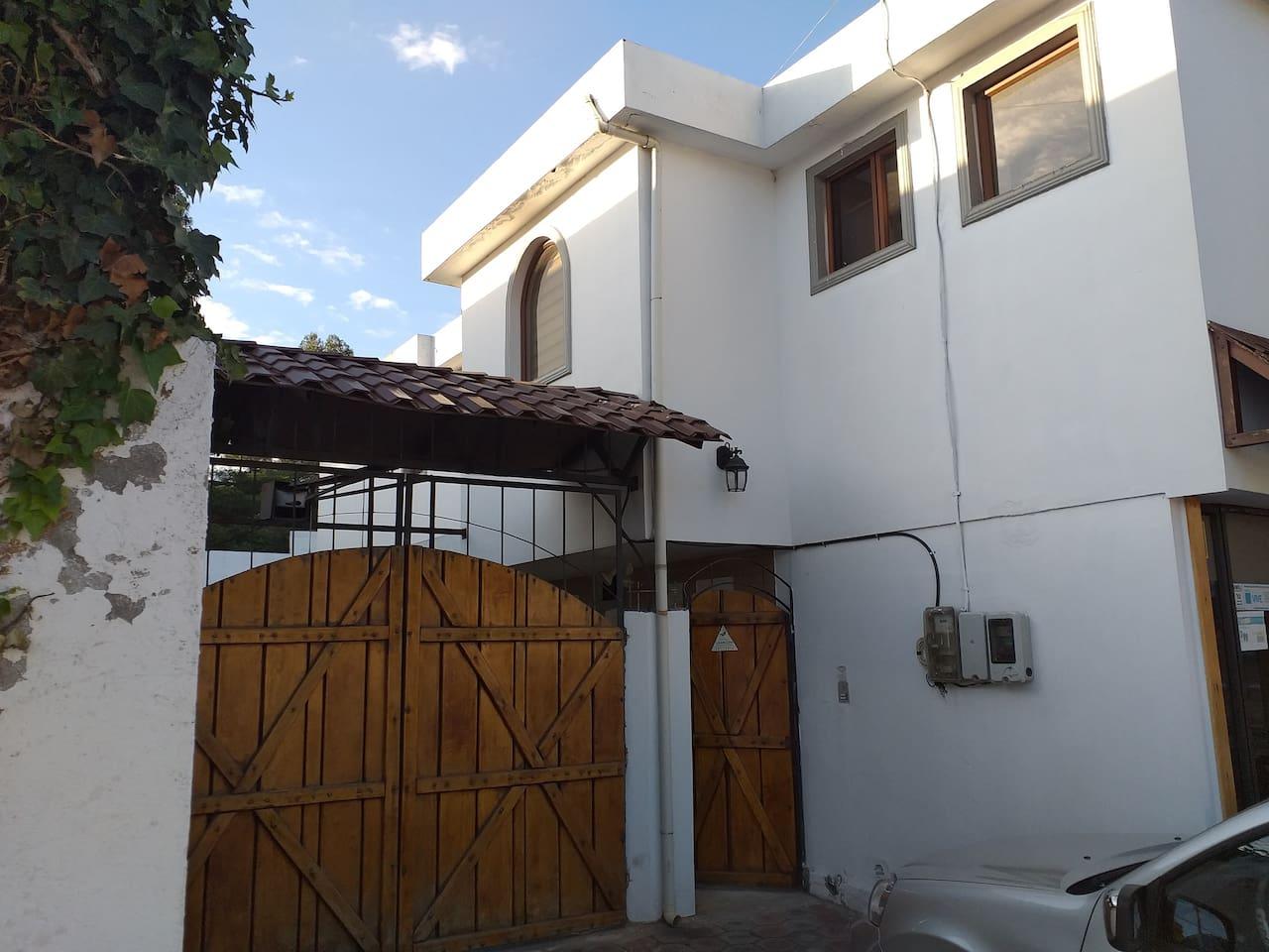 Ave. Manuela Saenz 365 Barrio El Aromito.
