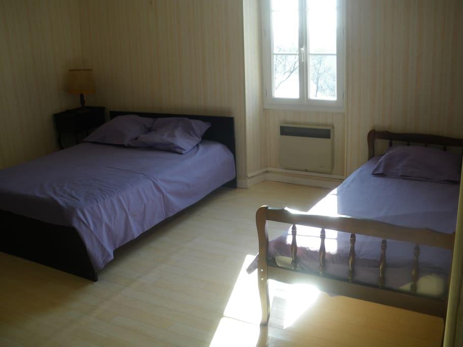 chambre spacieuse possibilité d'ajouter le lit bébé