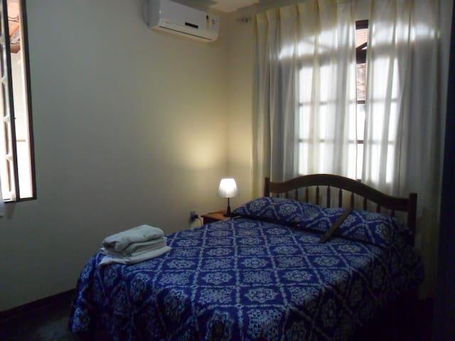 quarto com ar condicionado e boa iluminação (uma janela e duas seteiras)