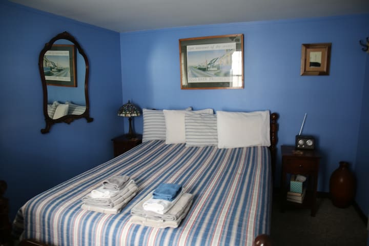 Room 8 - Small room w/Queen bed & PRIVATE bath