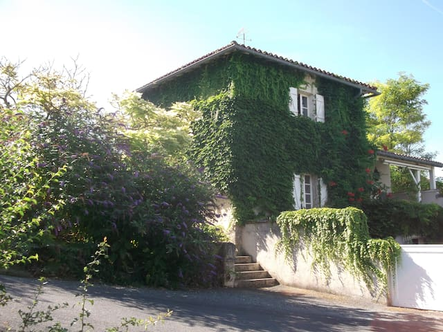 La Forge - La Fontaine - Lusignac - Bed & Breakfast