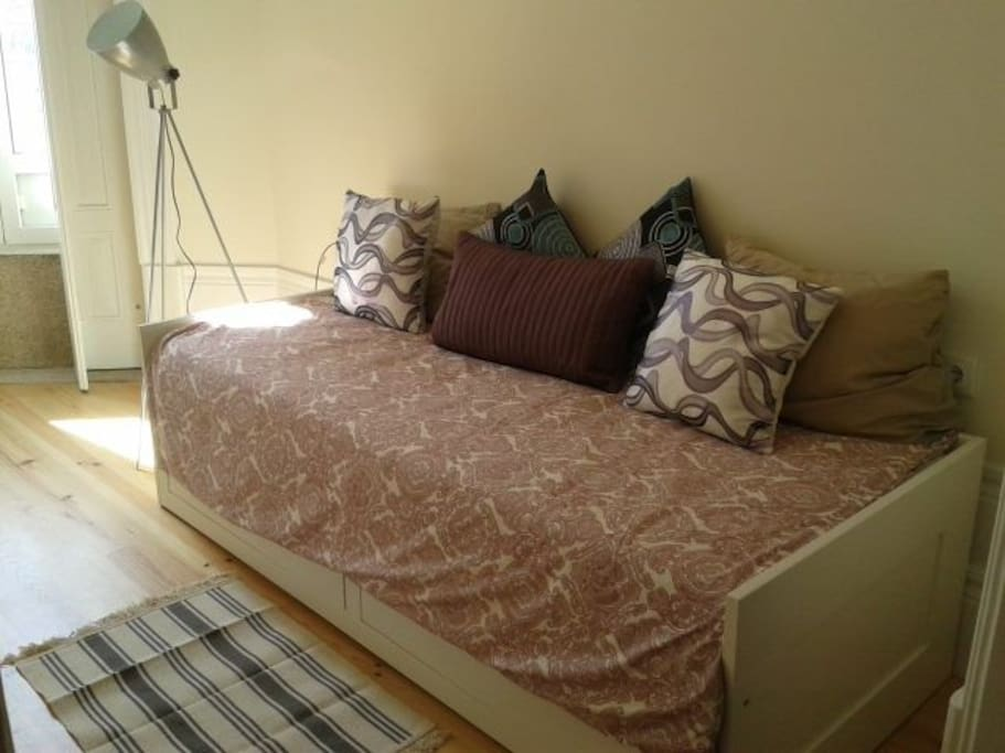 couch/ 3rd person bed