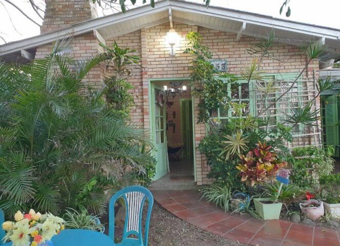 Casa com quatro quartos e pátio amplo em Oásis
