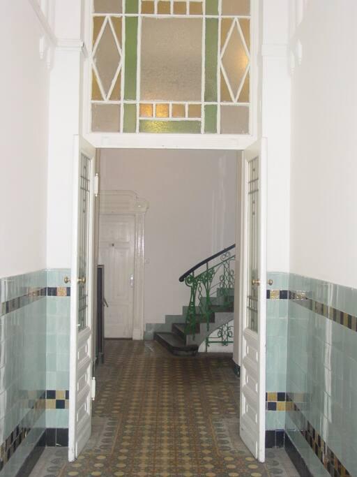 Hauseingang,  Boden, Wändekacheln, Geländer -  klassischer JugendstilWBoden