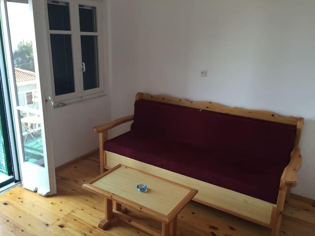 Stuen med balkong. Sofaen kan slåes ut til dobbeltseng.