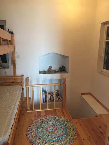 Soverommet med trapp ned til kjøkken og bad.