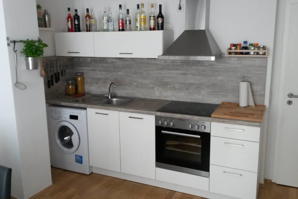 Küchenzeile mit Ofen, Geschirrspüler, Waschmaschine/Trockner