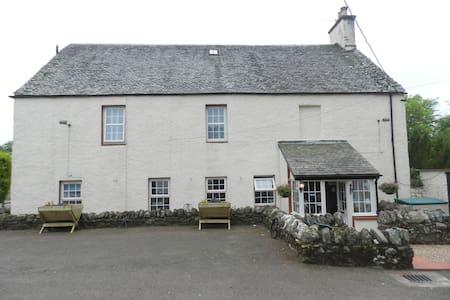 Auchenlaich Farmhouse, Woodland View - Stirling - Bed & Breakfast
