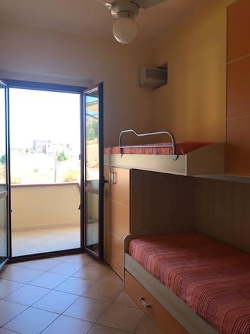 camera da letto con due letti a castello e due armadi posta al primo piano