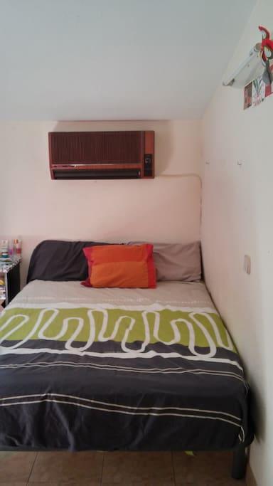Aire acondicionado y cama doble con colchón nuevo.