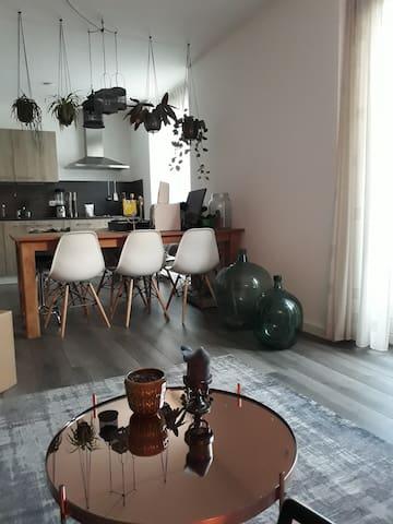 Ruim appartement met tuin.