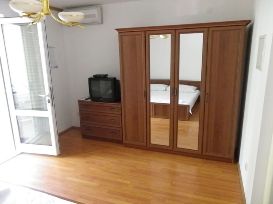 tv, aircondition, wardrobe