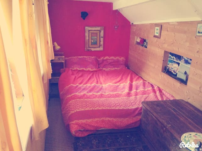 Sweet loft room with double bed. - Pontyates - Casa