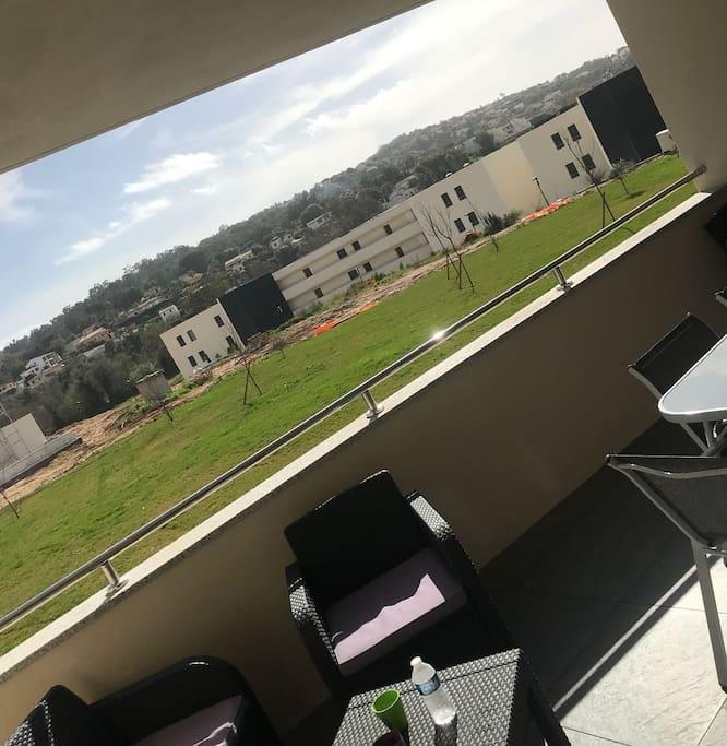 Terrasse équipée, vue résidence avril 2018