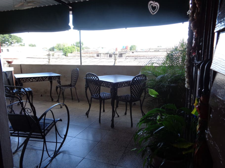 The terrace of the Hostal invites travelers to rest and share. La terraza del hostal invita los viajeros a descansar y compartir.