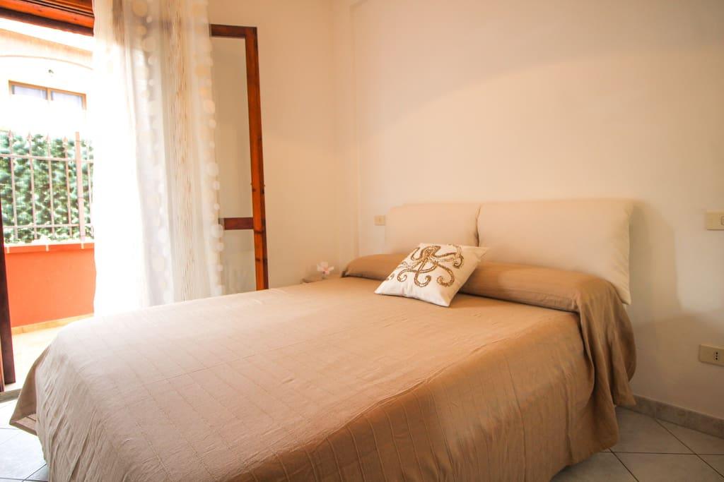 Camera da letto che comunica con la veranda del soggiorno