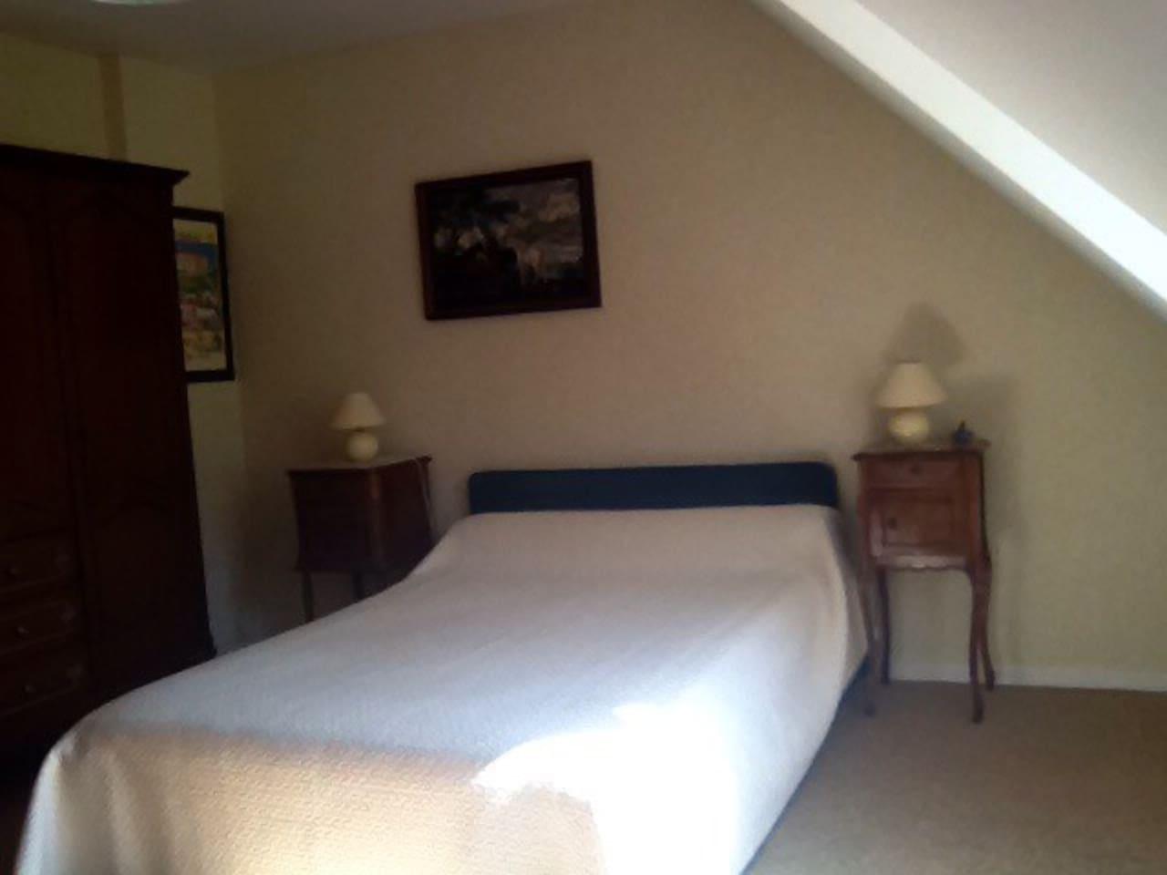 Chambre 15 m2 située au 1er étage dans maison sur grand terrain avec piscine  (10x5), à 500m du centre.  Salle de Bain et wc privés. Petit déjeuner compris.