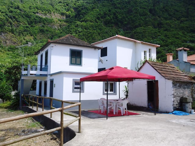Holiday house just 1 km to d Sea - Sao Vicente - Huis