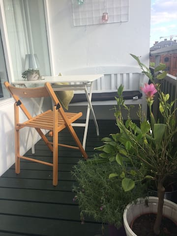 Cosy 2-roomapart w. sunny balcony in hip area - København