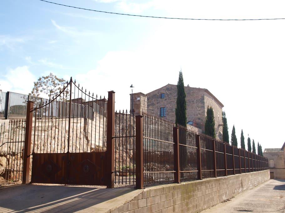 Paseo de los cipreses, muralla del castillo.