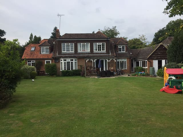 Spacious family home in beautiful countryside - Dogmersfield - Hus