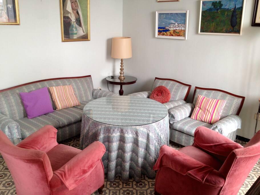 Salón principal con la tradicional mesa camilla andaluza. El lugar de reunión por excelencia.