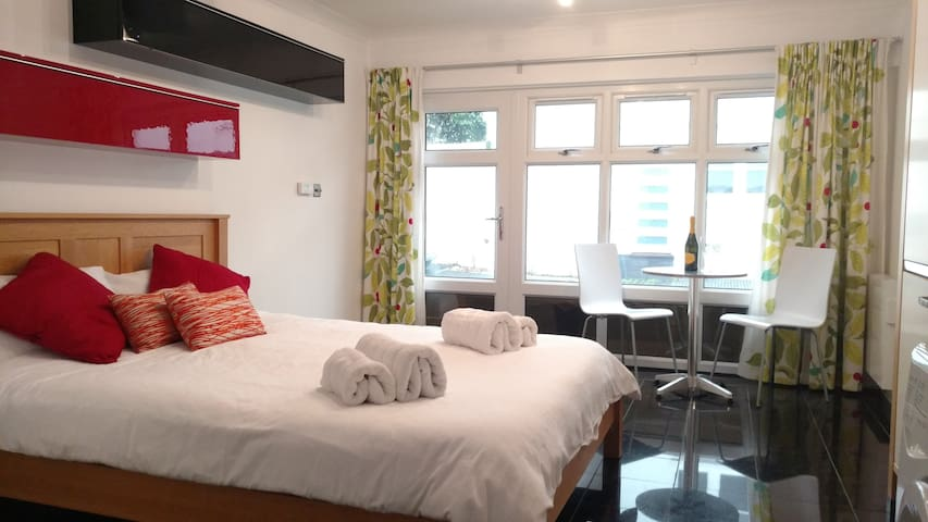 The Studio - comfortable style just off sea front.